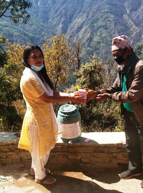 ठाँटिकाँधमा नेपाली कांग्रेसले गर्याे ड्रम र सावुन वितरण